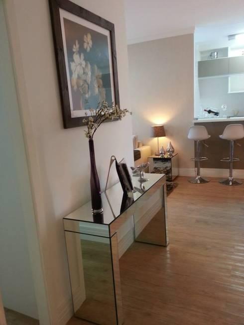 corredor: Corredor, vestíbulo e escadas  por SD arquitetura & Interiores