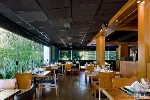 Varanda: Espaços gastronômicos  por Síntese Acústica Arquitetônica