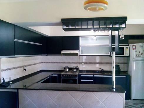 Muebles de cocina: Cocinas de estilo moderno por fabmueb amoblamientos