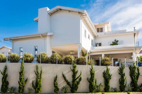 Morada das Nascentes: Casas coloniais por MM Arquitetura e Urbanismo