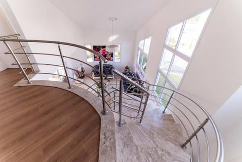 Morada das Nascentes: Salas de estar coloniais por MM Arquitetura e Urbanismo
