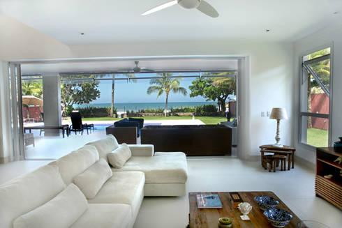 Casa de praia: Salas de estar modernas por Cristina Ferraz arquitetura