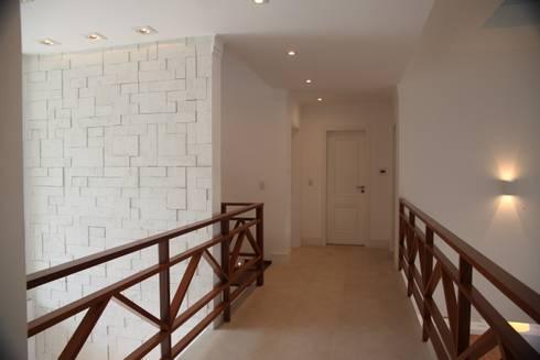 Casa de praia: Corredores e halls de entrada  por Cristina Ferraz arquitetura