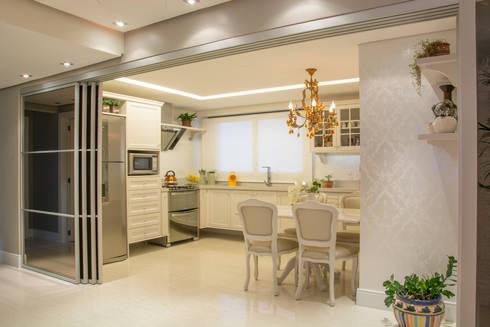 cozinha classica - integrada com a sala, com portas abertas: Cozinhas clássicas por Michele Moncks Arquitetura