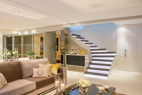 Living: Salas de estar clássicas por Michele Moncks Arquitetura