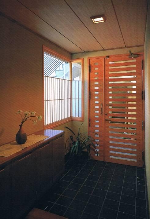 鉄筋コンクリート造の現代数寄屋の家玄関ホール: 株式会社 山本富士雄設計事務所が手掛けた廊下 & 玄関です。