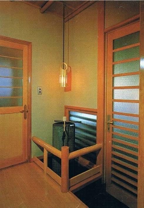 南北に細長い中庭の混在する現代数寄屋の家1階トイレ前の手水桶: 株式会社 山本富士雄設計事務所が手掛けた廊下 & 玄関です。