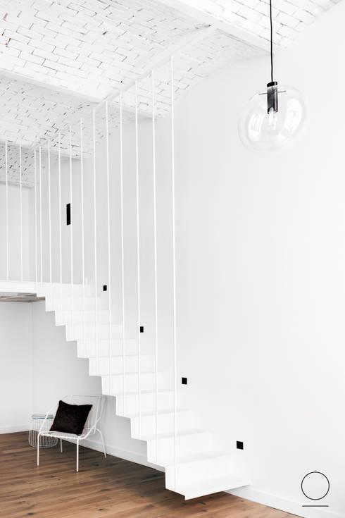 Loft w Łodzi : styl , w kategorii Korytarz, przedpokój zaprojektowany przez OIKOI