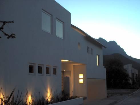 Casa Bazán: Casas de estilo moderno por Moya-Arquitectos
