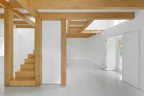 Volume central em estrutura de madeira: Salas de estar campestres por Corpo Atelier