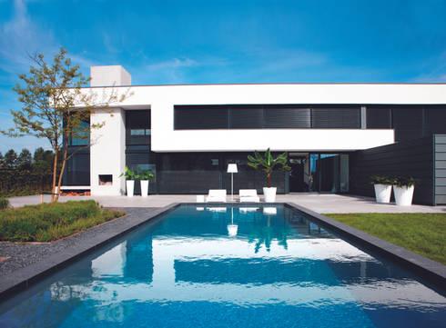PURE STRAIGHT  HIGH WHITE: Albercas de estilo minimalista por Elho México