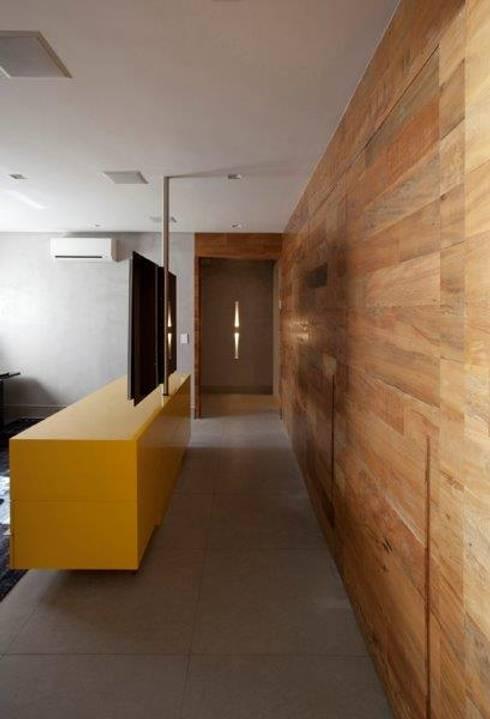 Ap. adaptado - cadeirante: Salas multimídia  por Marcelo Rosset Arquitetura