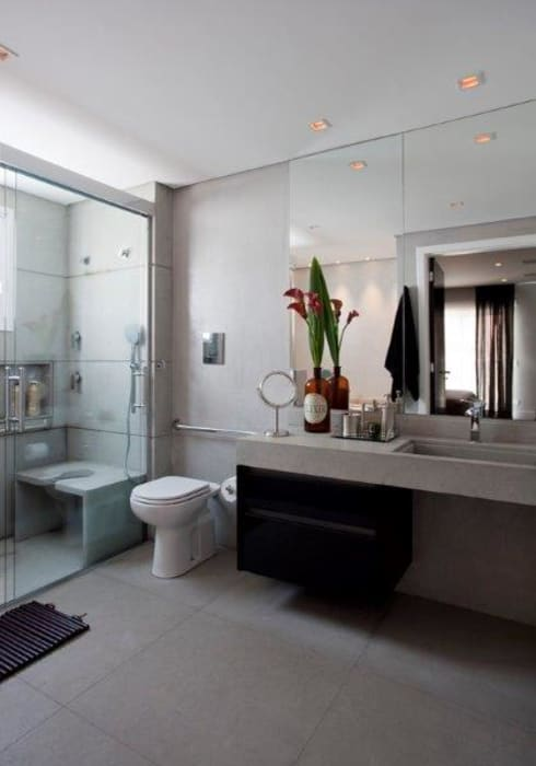 Ap. adaptado - cadeirante: Banheiros  por Marcelo Rosset Arquitetura