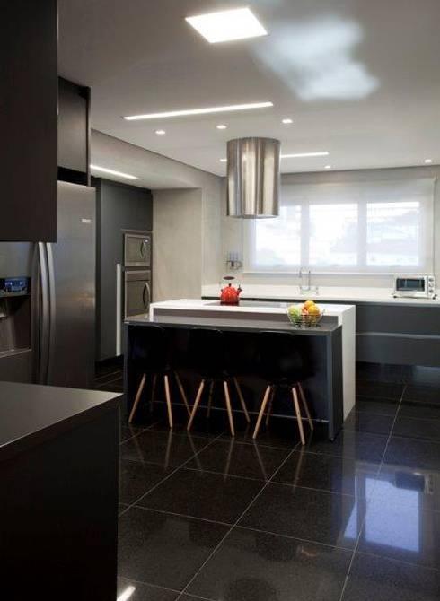 Ap. adaptado - cadeirante: Cozinhas  por Marcelo Rosset Arquitetura