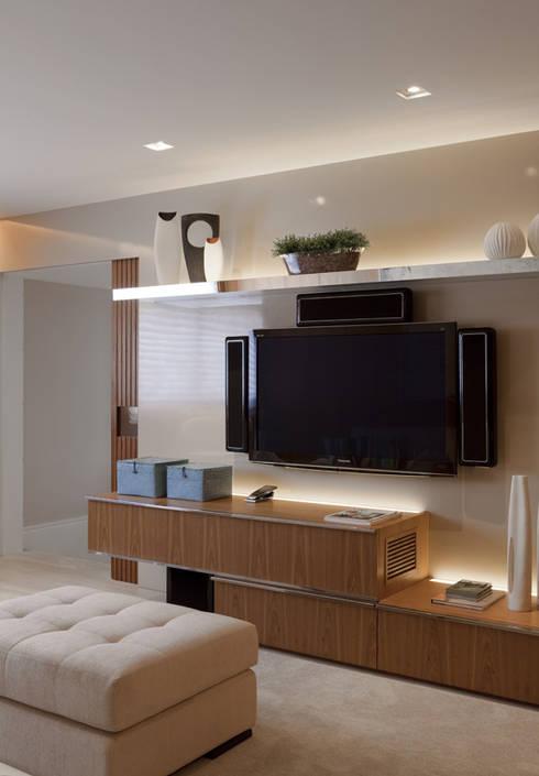 Apartamento Higienópolis: Salas multimídia modernas por Marcelo Rosset Arquitetura