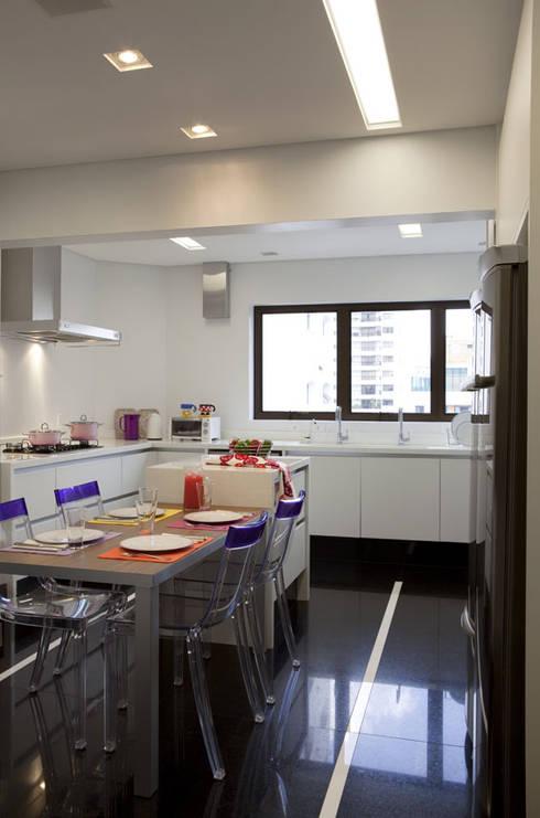 Apartamento Higienópolis: Cozinhas modernas por Marcelo Rosset Arquitetura