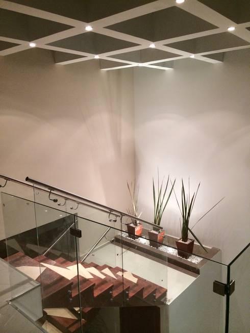 Escaleras Iluminadas: Pasillos y recibidores de estilo  por Ambás Arquitectos