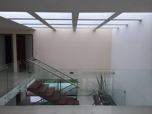 Circulación Vertical: Pasillos y recibidores de estilo  por Ambás Arquitectos