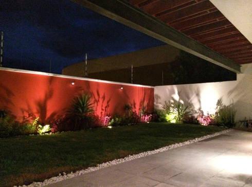 Jardín: Jardines de estilo moderno por Ambás Arquitectos