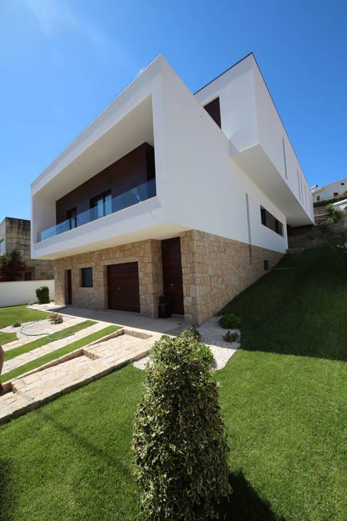 Casa em Guimarães: Jardins  por 3H _ Hugo Igrejas Arquitectos, Lda