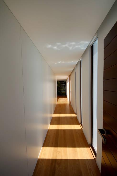 Casa em Guimarães: Corredores e halls de entrada  por 3H _ Hugo Igrejas Arquitectos, Lda