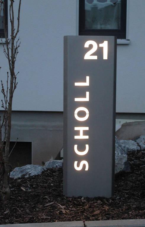 Beleuchtete LED Edelstahl-Stele mit individuellem Schriftzug:  Garten von Thorwa Metalltechnik