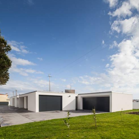 Casa em Gandra - Raulino Silva Arquitecto: Garagens e arrecadações minimalistas por Raulino Silva Arquitecto Unip. Lda