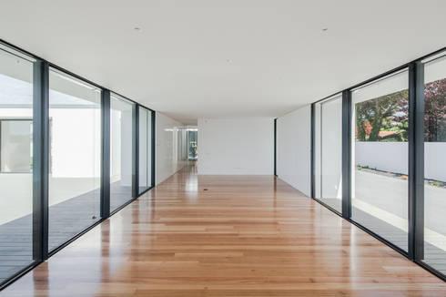 Casa em Gandra - Raulino Silva Arquitecto: Salas de estar minimalistas por Raulino Silva Arquitecto Unip. Lda