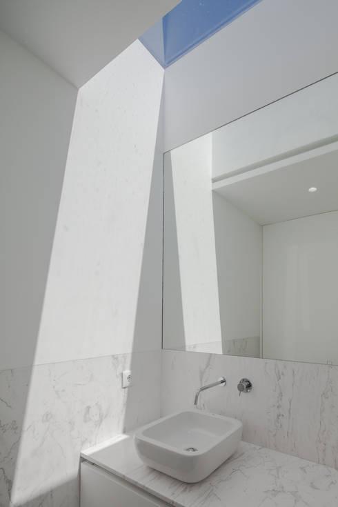 Casa em Gandra - Raulino Silva Arquitecto: Casas de banho minimalistas por Raulino Silva Arquitecto Unip. Lda