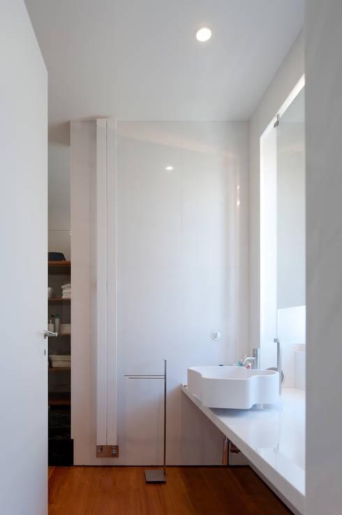 Casa Neto: Cozinhas modernas por Adalberto Dias Arq Lda