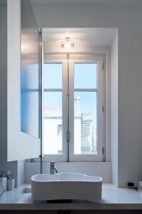 Casa Neto: Casas de banho modernas por Adalberto Dias Arq Lda
