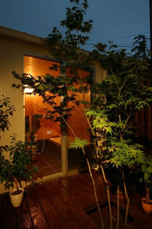 木造スケルトン+DIYでつくるこだわり空間の集合体: アトリエグローカル一級建築士事務所が手掛けたテラス・ベランダです。