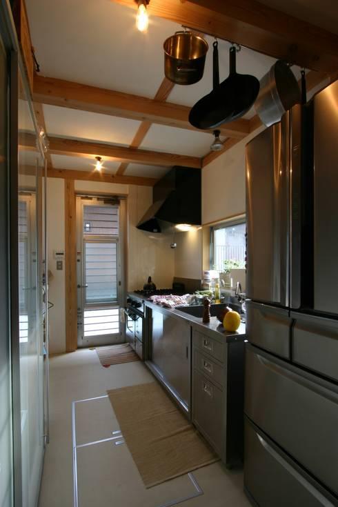 木造スケルトン+DIYでつくるこだわり空間の集合体: アトリエグローカル一級建築士事務所が手掛けたキッチンです。