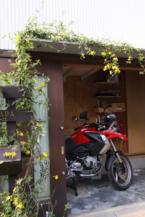 木造スケルトン+DIYでつくるこだわり空間の集合体: アトリエグローカル一級建築士事務所が手掛けたガレージです。