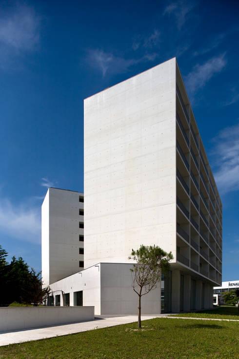 Casa Neto: Casas modernas por Adalberto Dias Arq Lda