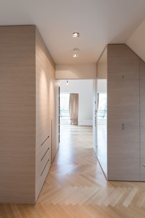 Vestidores y closets de estilo  por SCHIENER | architects and designers