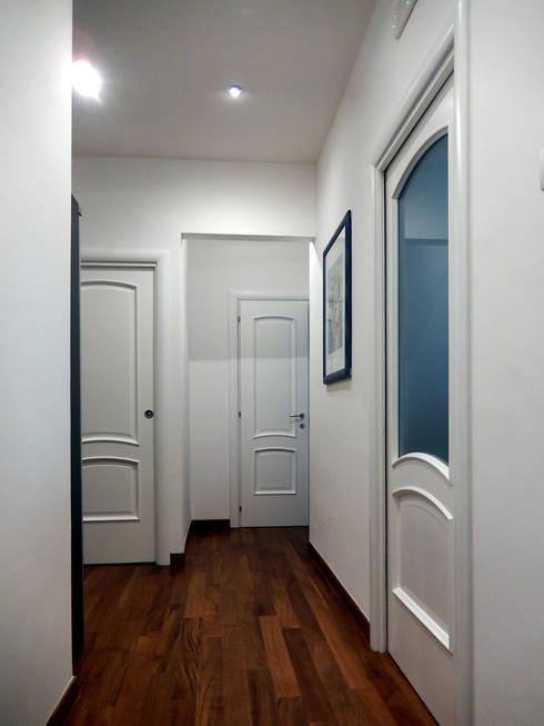 Casa AS: Ingresso & Corridoio in stile  di Nicola Sacco Architetto