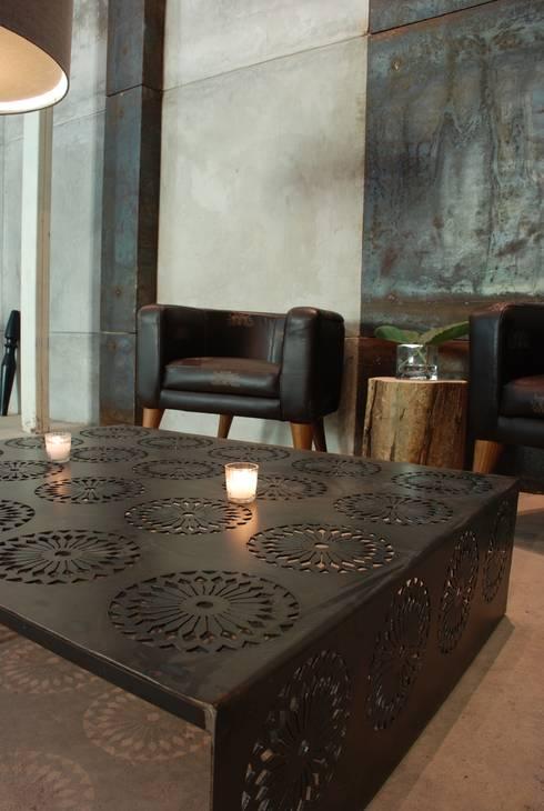 Mesa crochet: Salas de estilo  por Design + Concept
