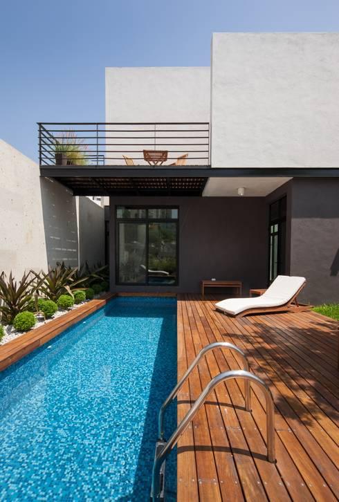 Casa Ming: Albercas de estilo moderno por LGZ Taller de arquitectura