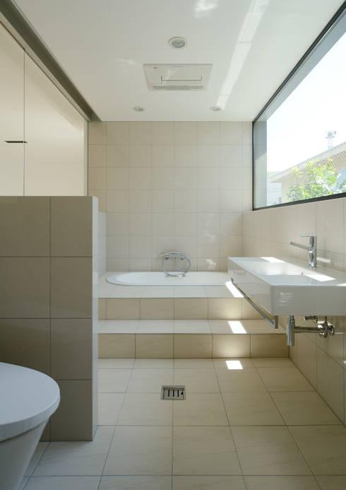 HSM邸: 株式会社岡部克哉建築設計事務所が手掛けた浴室です。
