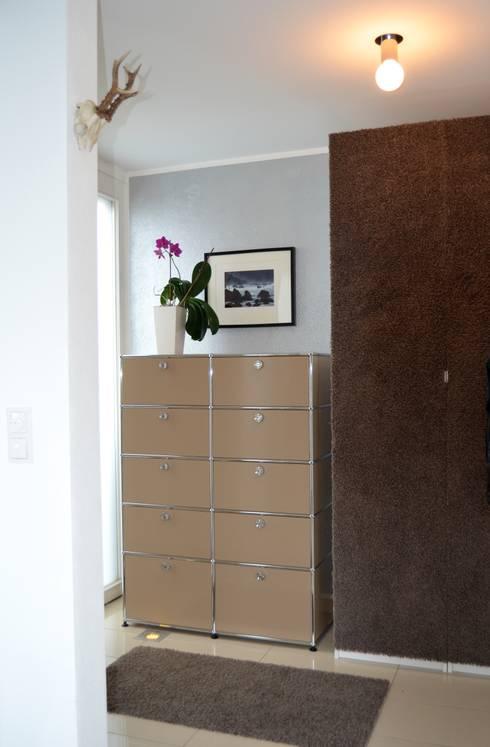 Garderobe:  Flur, Diele & Treppenhaus von Harmsen Innenarchitektur / ALL ABOUT DESIGN