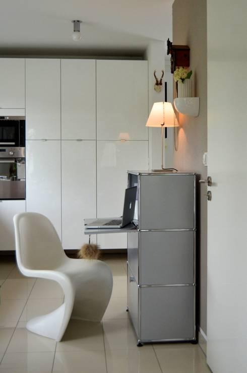 Vestíbulos, pasillos y escaleras de estilo  de Harmsen Innenarchitektur / ALL ABOUT DESIGN