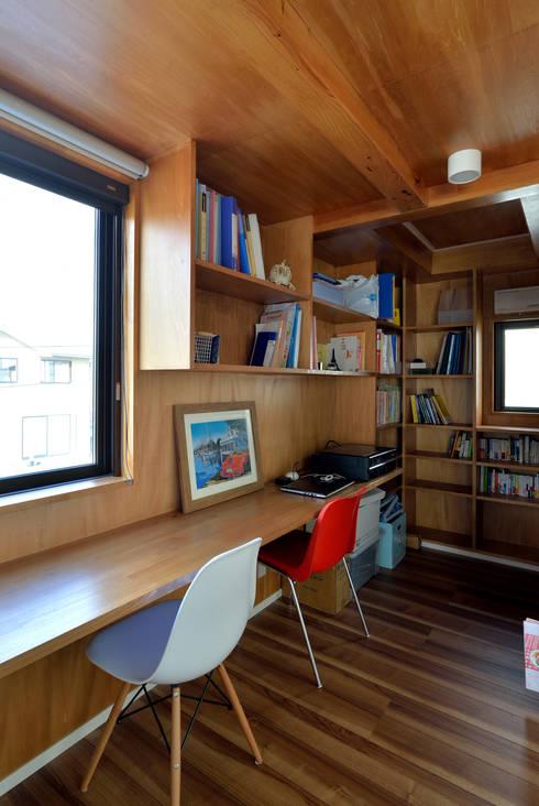 スタディコーナー: 株式会社ブレッツァ・アーキテクツが手掛けた書斎です。