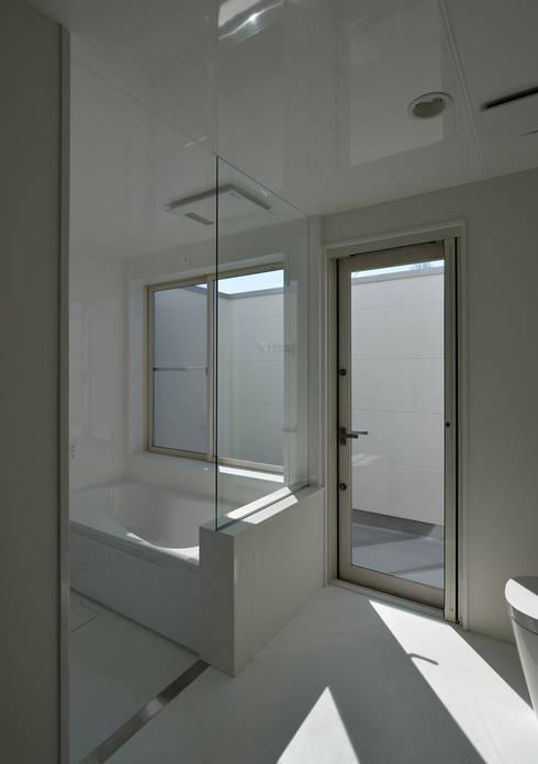明るく開放的な浴室: 株式会社ブレッツァ・アーキテクツが手掛けたスパ・サウナです。