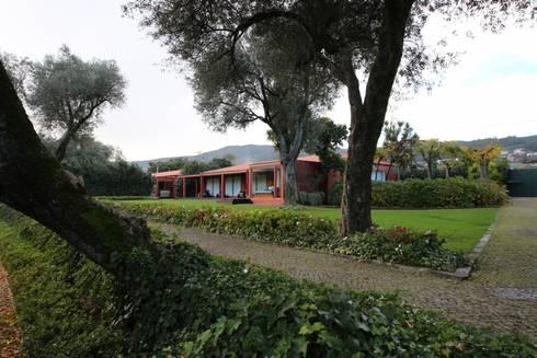 Casa de Campo em Barcelos: Casas ecléticas por 3H _ Hugo Igrejas Arquitectos, Lda