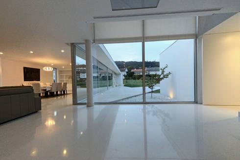 Casa em Carapeços: Salas de estar minimalistas por 3H _ Hugo Igrejas Arquitectos, Lda