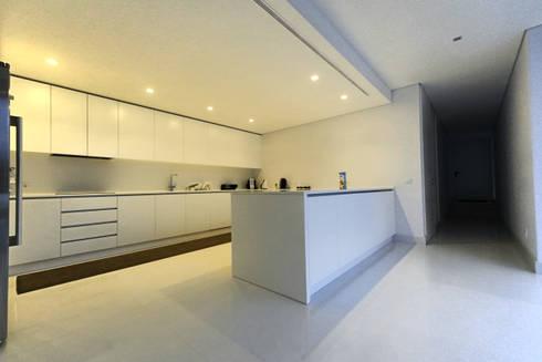 Casa em Carapeços: Cozinhas minimalistas por 3H _ Hugo Igrejas Arquitectos, Lda