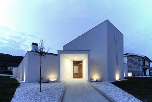 Casa em Carapeços: Casas minimalistas por 3H _ Hugo Igrejas Arquitectos, Lda