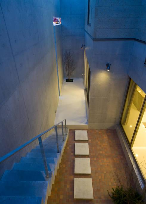 2階テラスから中庭を見る: 本田建築設計事務所が手掛けたテラス・ベランダです。