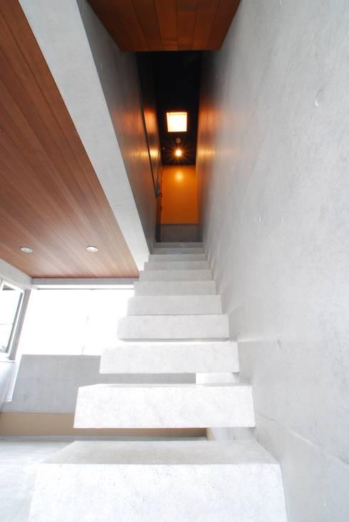 Pasillos y vestíbulos de estilo  de 本田建築設計事務所